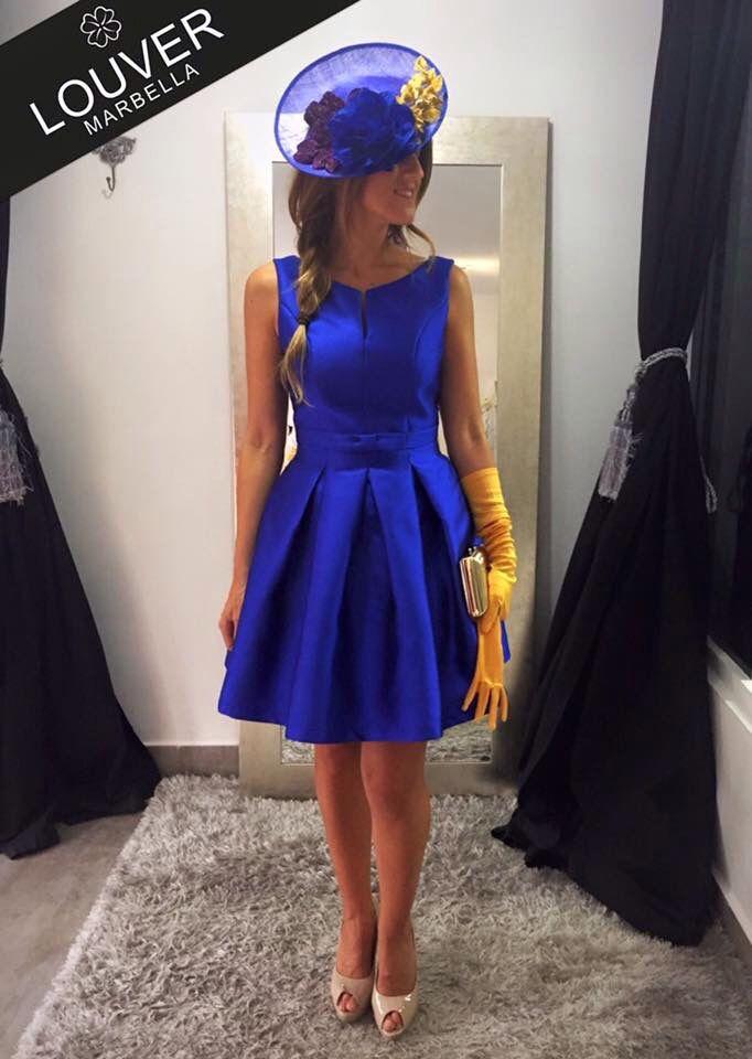Vestido estilo Lady en azul klein, un color llamativo y muy favorecedor. Completamos el look con tocado de la misma tonalidad y guantes en mostaza. Nos encanta!! Y a vosotras?