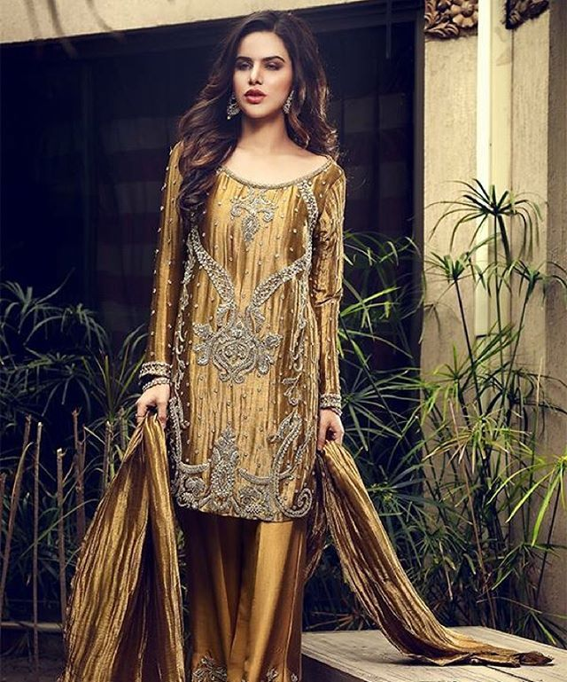 This dust gold number by @nimrahkhokharofficial is on our #lustlist. How stunning does @sarahsarfarazofficial look. #NimrahKhokhar #ModernPakistaniElites