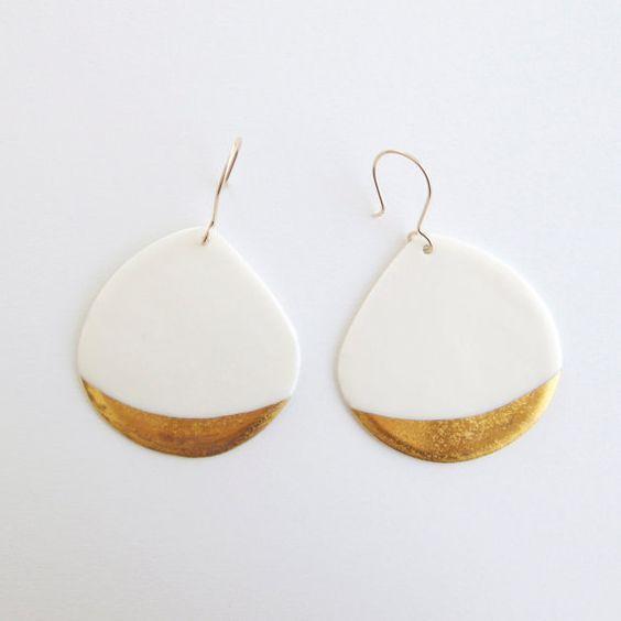 Bijou céramique - Boucles d'oreilles blanches en porcelaine, motifs doré & or rempli - Bijou porcelaine. Ceramic jewellery - White Porcelain earrings & gold patterns - Gold filled earwires http://bijouxcreateurenligne.fr/product-category/collier-fantaisie/: