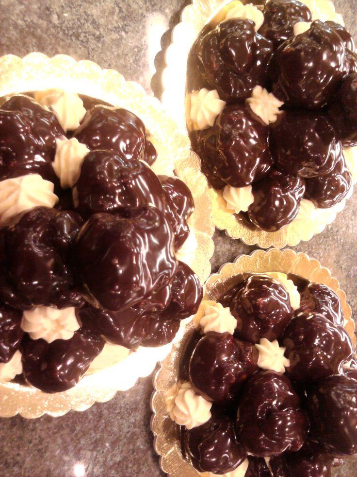 Deliziose bigne farciti con crema chantilly coperte con cioccolato