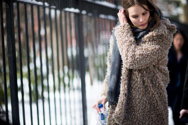 Streetstyle fra NYFW | Costume.dk Model off duty med smuk sølv eyeliner og fluffy jakke.