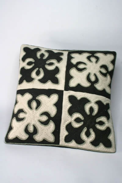 cushions black-white