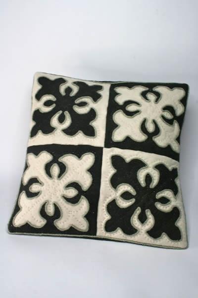 cushions black-white
