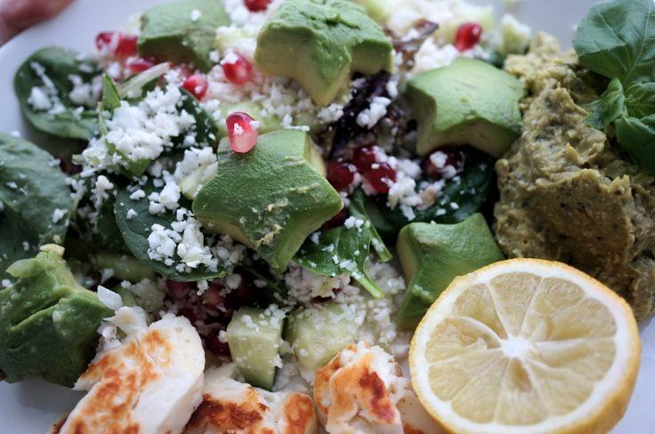 God sallad med blomkålscouscous, röra och halloumi - vegetariskt!