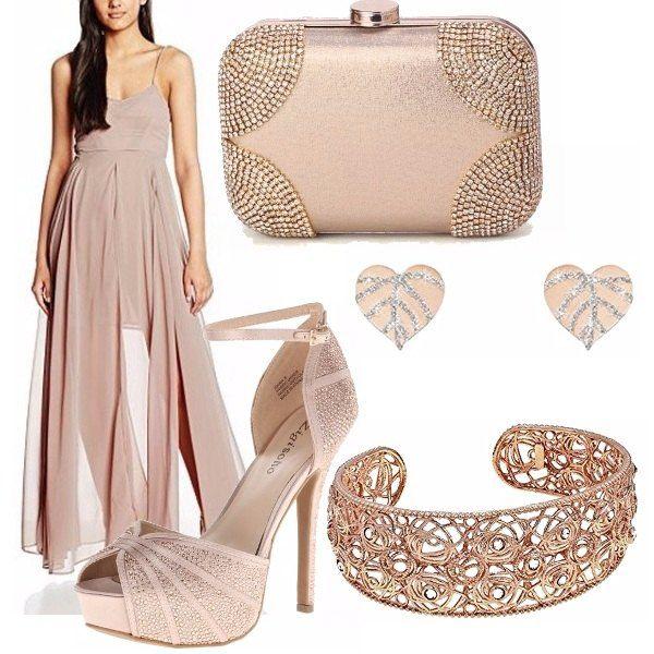 Il color cipria è protagonista di questo outfit. Look elegante e sofisticato: abito lungo e leggero grazie alle trasparenze della gonna, scarpe e borsa scintillanti e gioielli in oro rosa.