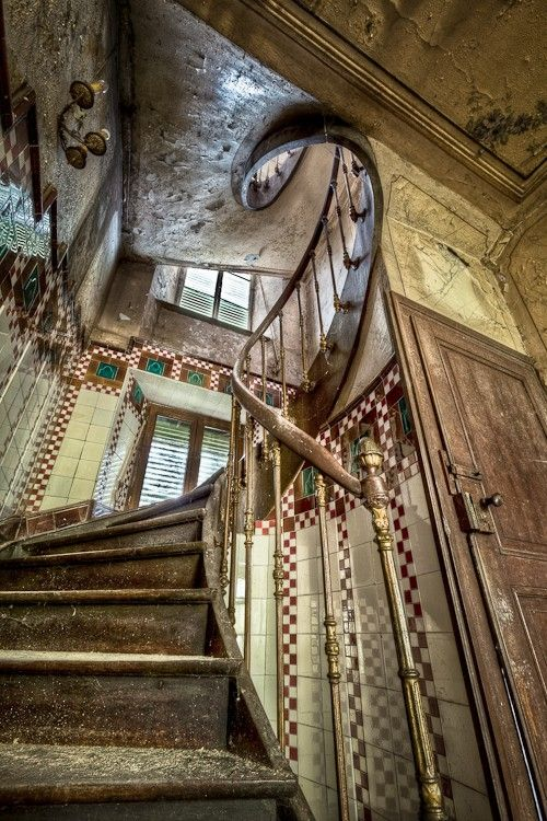 abandoned farmhouse near Luxembourg: Old Farmhouse, Beds Rooms, Farms Houses, Spirals Stairca, Old Houses, Platform Beds, Abandoned Farmhouse, Abandoned Houses, Abandoned Places