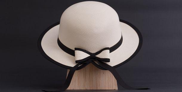 Sombrero de mujer lazo: Confeccionado 100% de paja toquilla y a mano. Es un sombrero de alta calidad, en tejido llano. Tiene tres partes: plantilla, copa y falda. Se caracteriza por su visera en la parte frontal y un lazo en la parte posterior. Está hecho de paja toquilla y decorado con cinta que puede ser una gran variedad de colores, según el gusto del cliente. Tallas: S, M, L y XL. Peso neto del producto (unidad): Unidad 60 gr.  Empaque: Caja de cartón