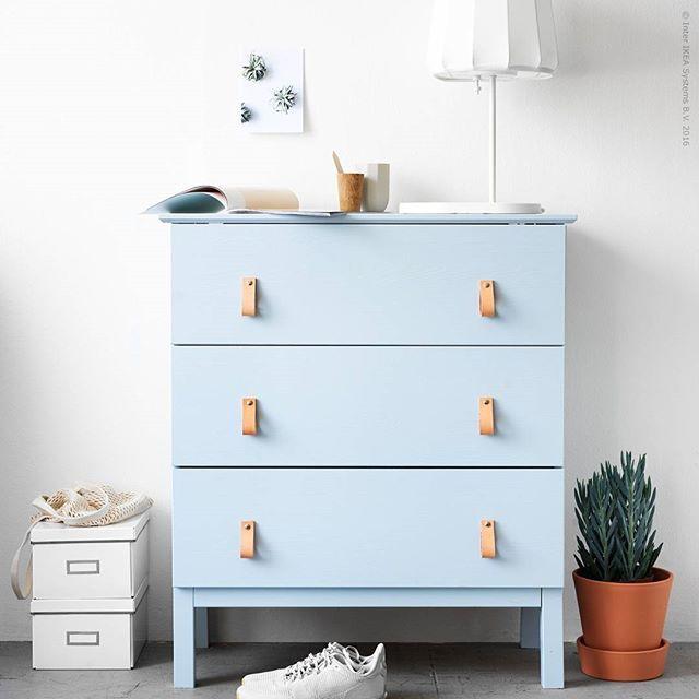 Tips! För att behålla ådringen när du målar trä, stryk först tunt med två lager halvmatt snickerifärg. Byrån #TARVA i obehandlad massiv furu är perfekt för DIY-projekt. Vi har valt en lugn ljusblå färg som känns modern och naturlig tillsammans med de hemgjorda handtagen i läder.