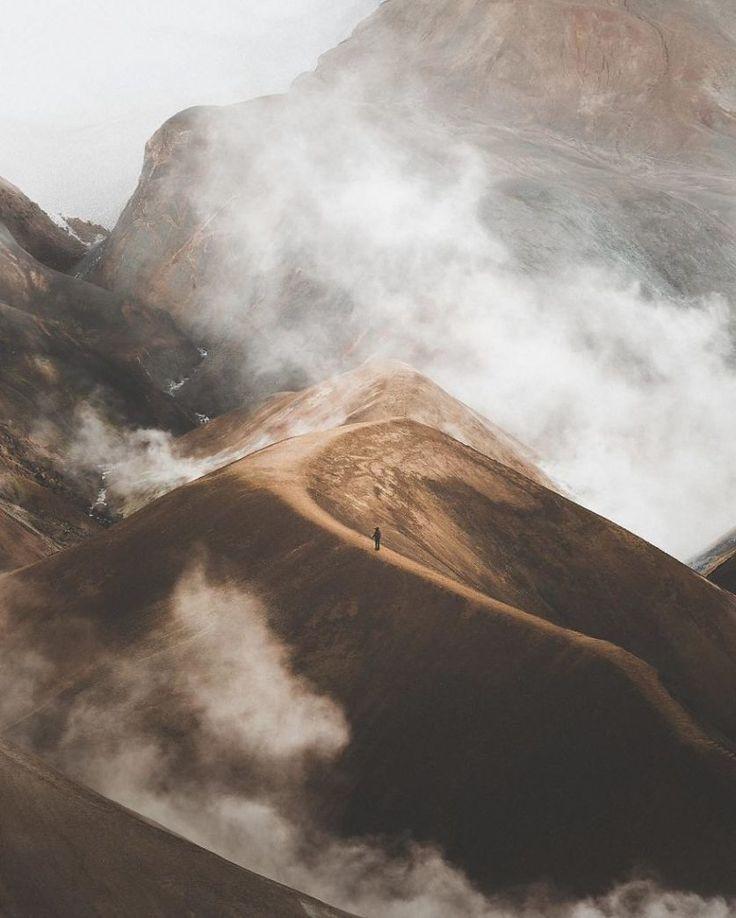 4. Montanha com vapor, por Benjamin Hardman   Estas montanhas ficam na região norte do país, perto de Myvatn. O que parece ser neblina na verdade é vapor se erguendo do solo. Visitantes da região relatam que o cheiro é de dióxido de enxofre.