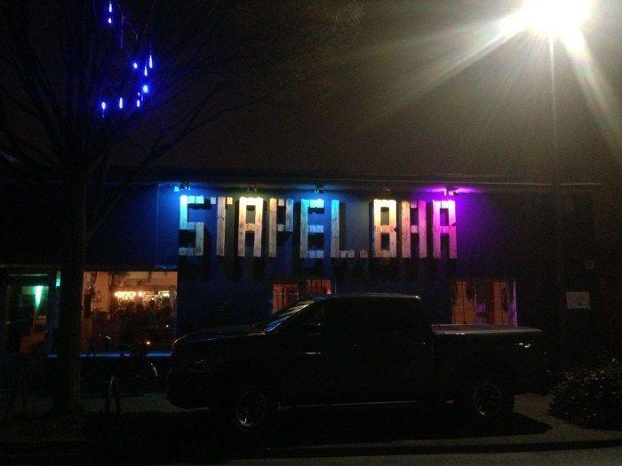 Ehrenfeld erfreut sich derzeit einiger neuer szeniger Locations. Neben Bumann und SOHNzählt auchdie Stapelbar in der Heliosstraße zu einem der jüngsten Lieblinge der Kölner Nachtschwärmer*innen.…
