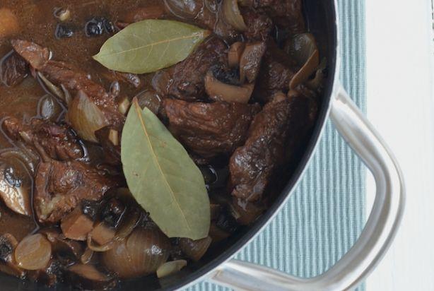 Balsamico azijn is een super combi met vlees. Door het zure van de azijn wordt het vlees namelijk heerlijk zacht en mals. Dit stoofpotje van rundvlees met balsamico is dan ook zeker het proberen waard. Lekker met portobello! Laat dit gerechtje lekker langzaam stoven, des te beter het resultaat. Eet deze runderstoof met dikke frieten of puree. Smullen! Bereidingstijd: 20 min, Wachttijd: 3 uur