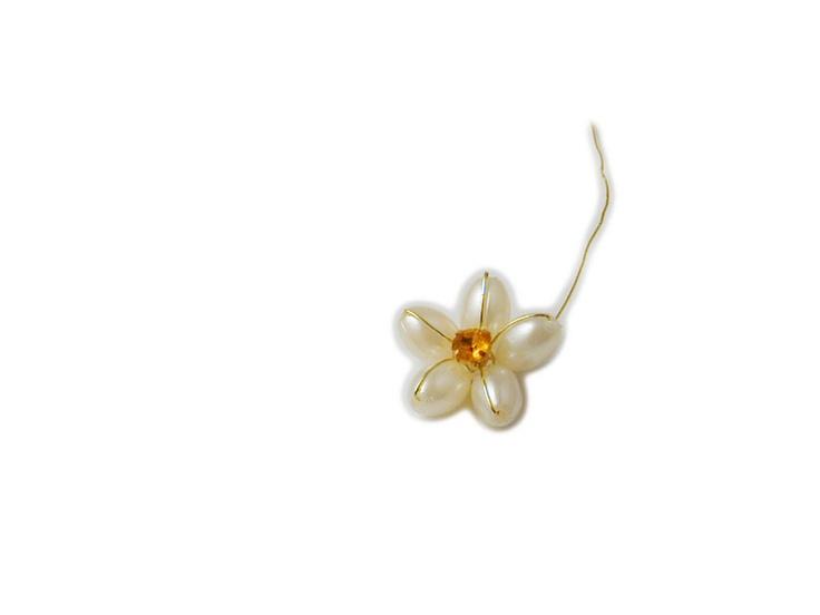 Stupendo fiorellino di color avorio con una perla centrale... perfetto per confezionare da soli le vostre bomboniere!!!