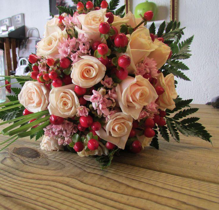 Ramo de novia   #roses #hipericum #bouvardia #wedding #flowers #wild #flowerarrangement  #flores  #primavera #bodas #sitges #sitgeswedding #arreglosflorales #sitgesflowershop #girasol #bridalbouquet #ramodenovia #bride