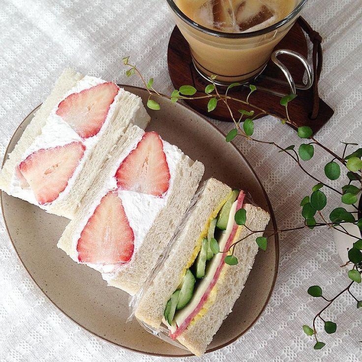 お昼はサンドイッチです   いちご酵母の山食でイチゴサンド キュウリハムチーズサンド   今日は風も強く冷やっこいです なのに今満開の藤を見に行ってこよ   2016.4.29 FRI   #焼きたてパン#おうちパン#手作りパン#いちごサンド#ランチ#いちご酵母#自家製酵母#自家製酵母パン#山食#山食パン#食パン#クッキングラム#KURASHIRUFOOD#KURASHIRU by oliveeee121