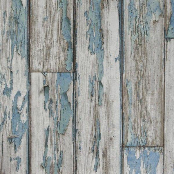 Tapeta w błękitne deski z efektem złuszczeń kojarzy się z domkiem plażowym.
