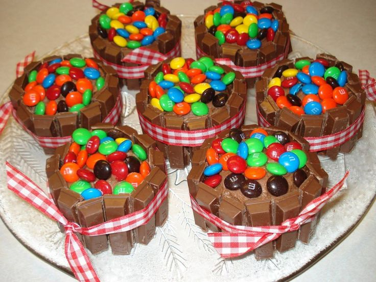 kit kat cupcakes. . . These would be good 'extra' cakes for my party.