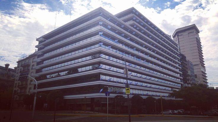 Foto tomada ayer (2-4-2016) Edificio American Express como en todas las fechas patrias luciendo las banderas argentinas. (Esq Arenales y Maipu) #esquinasdetuciudad #turisteandobsas #turismo #caba  #argentina #baturismo
