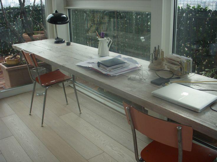Tavolo con assi da cantiere in abete. Finitura con anilina grigia e vernice all' acqua a effetto cera.