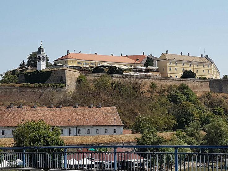 Festung Petrovaradin in Novi Sad., Serbien.  Eine sehr gut erhaltene Festung mit vielen Cafés und Künstlerateliers. Auch beherbergt die Burg ein Hotel und ein interessantes Museum.  Absolut sehenswert.
