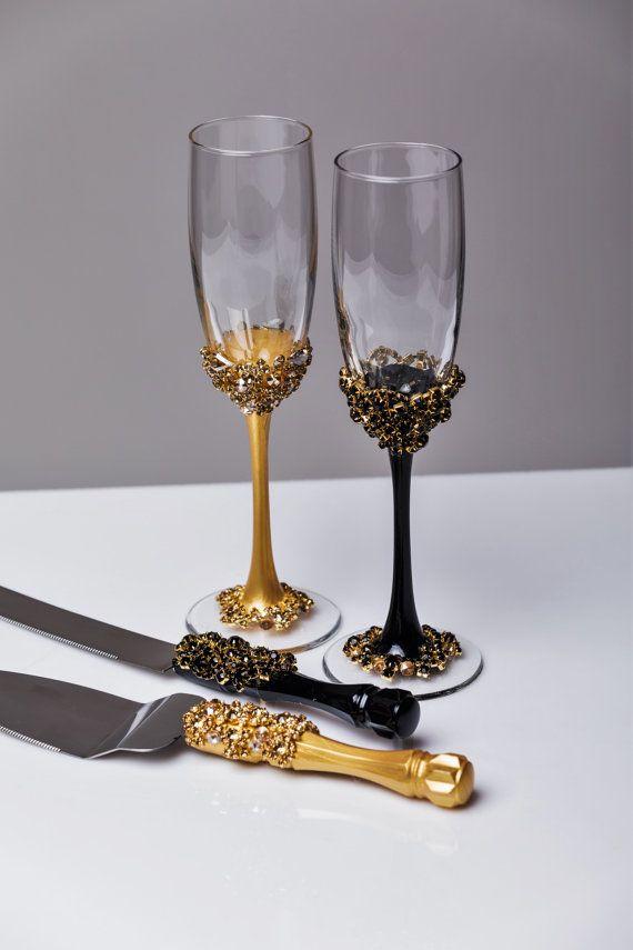 Or et noir verres de mariage et gâteau Server grillage ensemble couteau à gâteau de mariage des verres de Champagne or noir, mariage lot de 4 flûtes Pour ces verres de couleur: noir et or Tout à fait à la main! MENSURATIONS: -Flûtes champagne: hauteur - 9,2 pouces (23,5 cm). Volume – 170ml (6,1 onces) -ensemble pour le gâteau: pelle à tarte - couteau à gâteau 10- 13 Verres à champagne personnalisées peuvent être créées pour s'adapter à vos besoins. Vos couleurs de mariage unique…