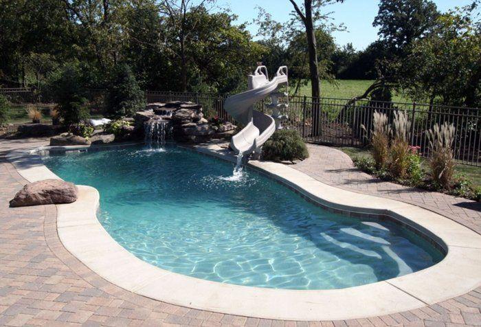 un joli oasis de détente avec de faux rochers et une patinoire, petite piscine coque en fibre de glasse