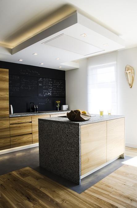 Farba tablicowa została użyta na szafkach kuchennych, co daje fajny efekt wizualny i praktyczny. Fajny pomysł :)