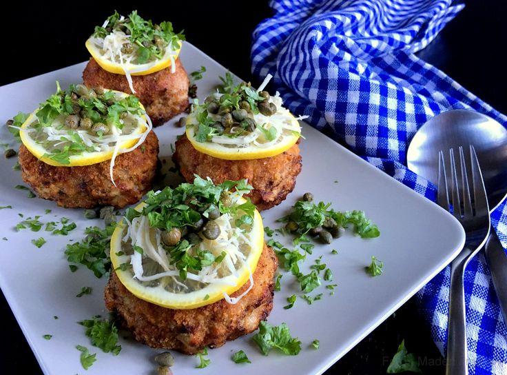 Wienerkarbonader. Lækre, sprødstegte karbonader med tilbehør som en klassisk wienerschnitzel - citron, peberrod, kapers, grønne ærter og brasede kartofler.