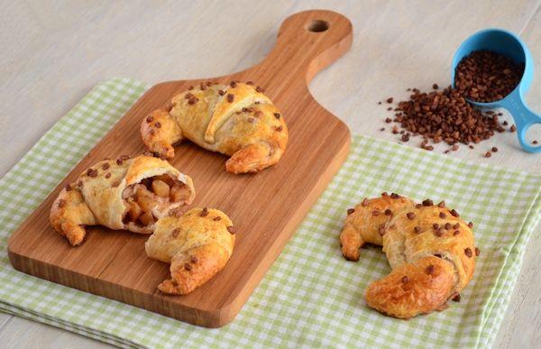 Eenvoudig recept voor gevulde appel-kaneel croissants. Heerlijk voor bij het ontbijt of gewoon als tussendoortje. Je maakt ze makkelijk zelf!