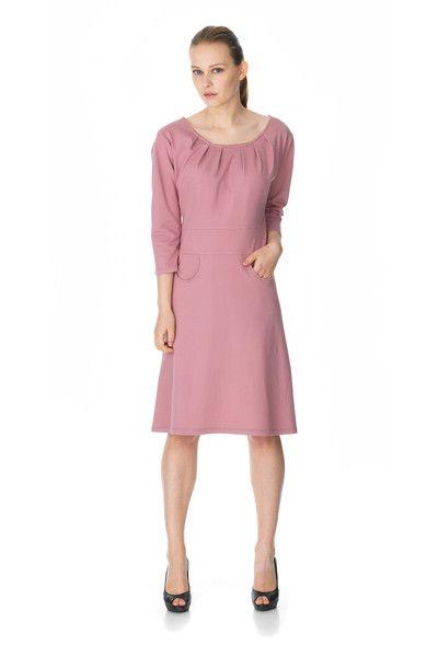 Frk Myrna kjolen fra WEIZ Copenhagen har den smukkeste støvede rosa farve, fine læg ved halsen og små runde lommer foran.