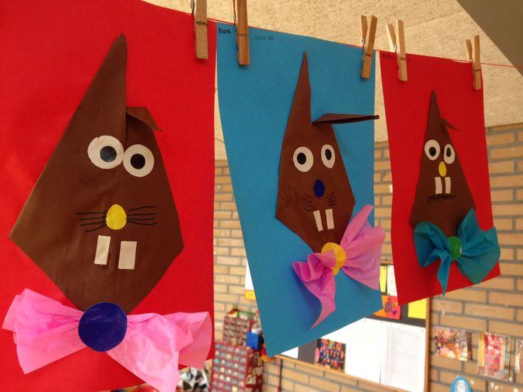 Paashaas vouwen vanuit een vlieger, daarna versieren met plakfiguren en een strik van crêpe papier
