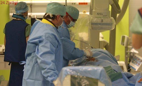 Kardiologové operovali muže při vědomí, novým zákrokem mu zachránili život