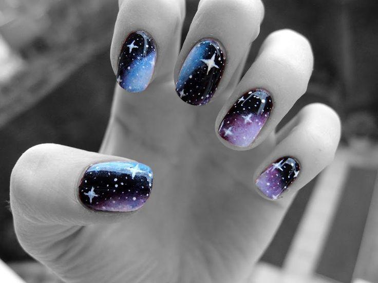 Uñas cósmicas negras, azules y moradas