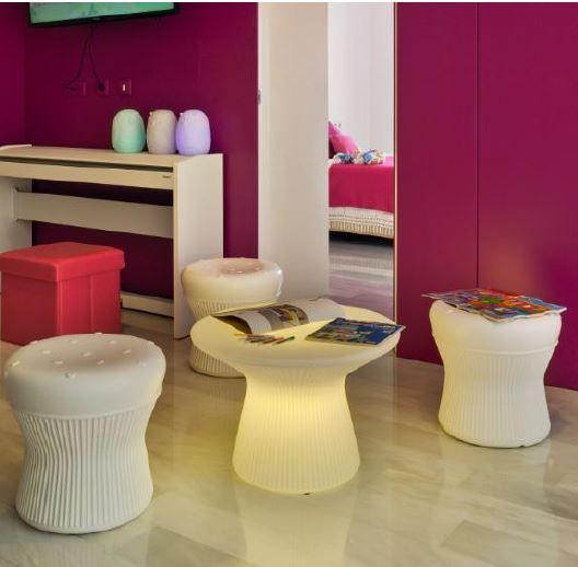 Capri 40: une table basse lumineuse, et les poufs lumineux Corfu. Fonctionnement sur batterie rechargeable, télécommande pour choisir la couleur de sa lumière ou le mode de défilement.