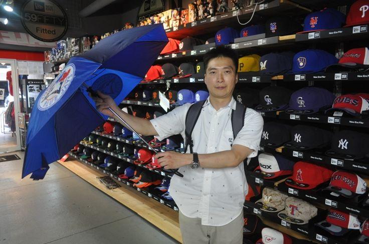 【新宿1号店】 2013年7月5日 トロント・ブルージェイズの傘をご購入頂きました!!今後も珍しい商品を仕入れますネ! #mlb