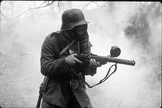 WWI German Stormtrooper with MP18 machine gun. http://wrhstol.com/1Ootswe