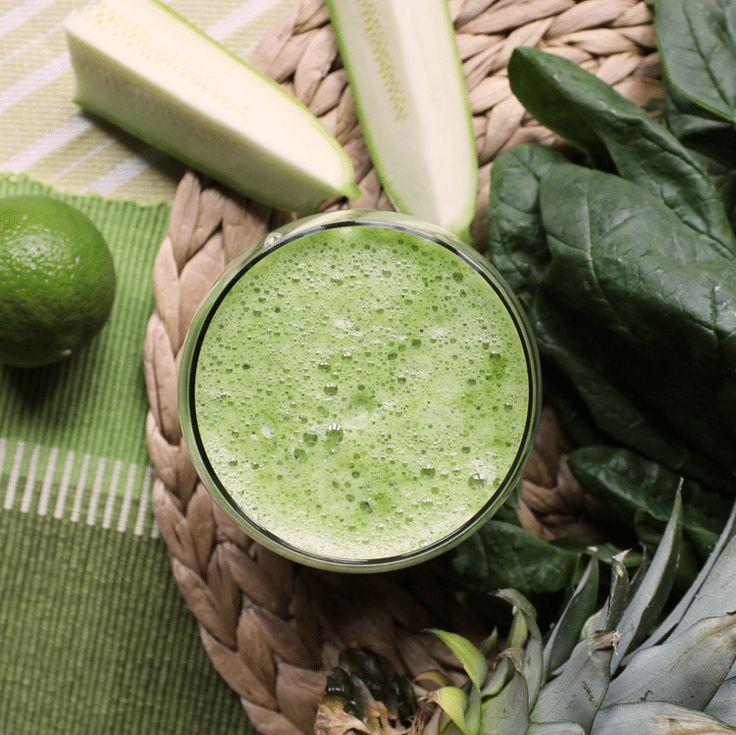 Rezept für Detox Kur - Saft aus Spinat, Ananas, Zucchini und Co.