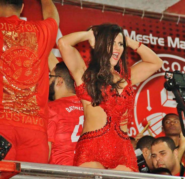 Foto/Irapuã Jeferson: Viviane Araújo à frente dos ritmistas de Mestre Marcão