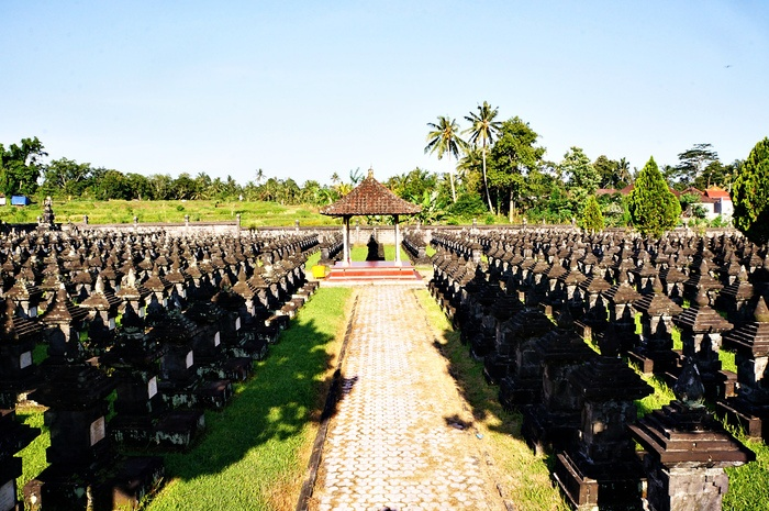 Remembrance formation: The tombstones of national heroes create an organized formation in the quiet and peaceful Margarana Memorial Park field. (Photo by Raditya Margi).