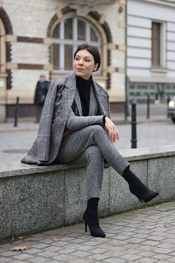 https://minimalissmo.blogspot.com/2018/01/stylizacje-do-pracy-garnitur-damski.html  #fashion #moda #grey #suit #officelook #total #look #bussines #work #outfit # paris #style #french #turtleneck #black