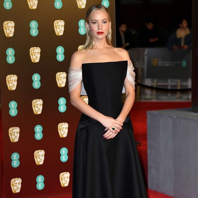La más original con ese escote cuadrado de @dior alta costura Jennifer Lawrence ha sido una estrella en la alfombra roja de los premio BAFTA en Londres. #trendencias #alfombraroja #jenniferlawrence #eebaftas2018 #baftas #redcarpet #dress #vestido #dior #lookoftheday #altacostura