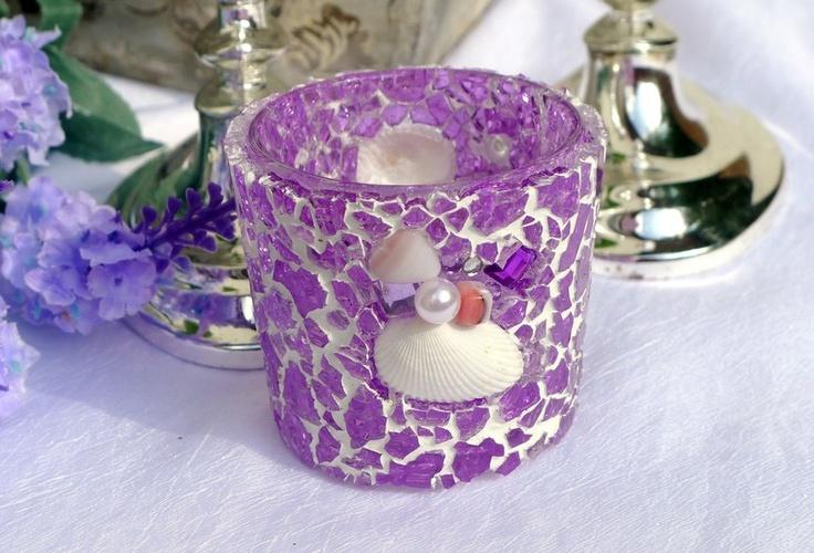 Dieses zart lilafarbene Glas-Windlicht habe ich in liebevoller Handarbeit mit Crackle-Mosaikglas, Perlen, Muscheln und Schmucksteinen besetzt und danach verfugt. Jedes Teil wurde einzeln mit der Pinzette eingefügt. Dieses Windlicht gibt es nur 1 x und ist ein unverwechselbares Unikat.