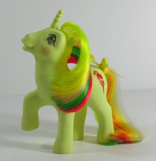 80'luvun my litttle ponyn voi tunkea mukaan jos löytyy ylimääräisenä :)