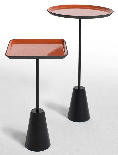 Stolik Spot, dostępny w wersji okrągłej i kwadratowej) ma emaliowany talerz w intensywnym kolorze. Można go też kupić w czerni i bieli. 2008 rok.