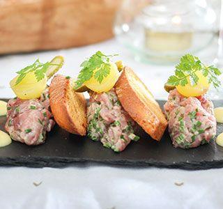 Houdt jij ook zo van knapperige toast? Beleg deze dan eens met steak tartaar en romige, zelfgemaakte mayonaise.