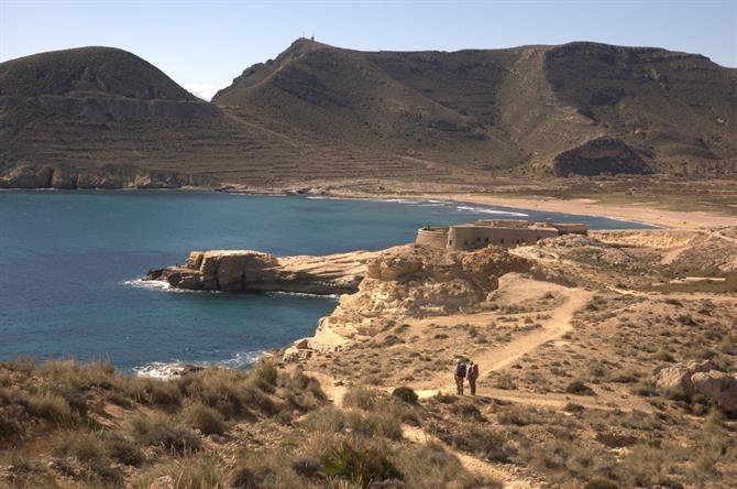 Stranddag med familien? Tag til Playa el Playazo i Cabo de Gata, hvor vandet ikke er for dybt og omgivelserne er absolut storslåede! #cabodegata #almeria #playazo