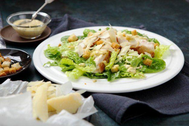 Salát Caesar s grilovaným kuřecím masem | Apetitonline.cz