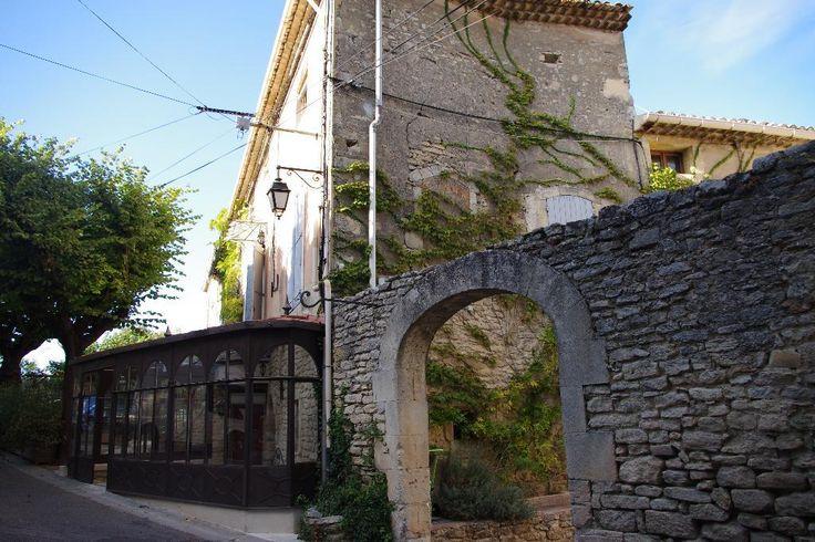 Charmante maison de village en pierre située à Goult. #MaisonVillage #Provence #Avendre #Goult #ForSale #VillageHouse