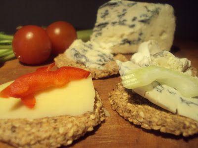Mandelkiks til ost - og rødvin? :-)