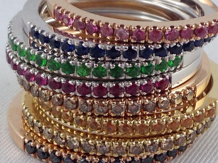 Riviere in oro bianco, giallo e rosa, con pietre colorate. #gioielli #anelli #rings