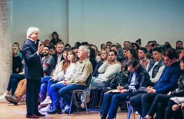 1 мая в Киеве молодежные пасторы и лидеры Украины встретились со всемирно известным христианским учителем Бенни Хинном, сообщает 316NEWS со ссылкой на bognews.org. «Когда я открывал это собрание, я всем сказал, что это — не конференция, а собрание семьи. В октябре 2016 года я проводил время с пасто